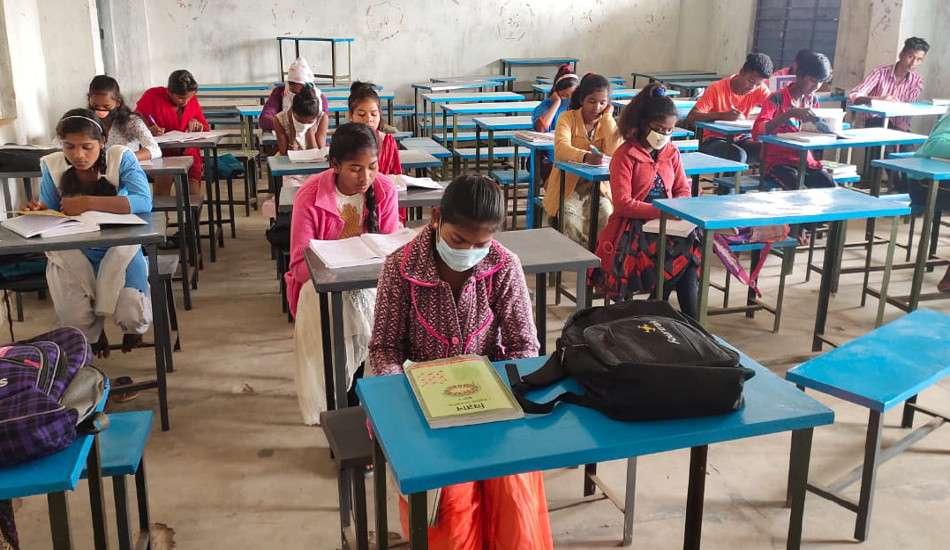 सरकार की ओर से अब तक कोई आदेश नहीं, इधर कोरोना नियमों को ठेंगा दिखाकर स्कूल में लग रहीं कक्षाएं