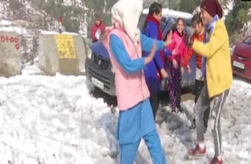 देश के पहाड़ी इलाकों में बर्फवारी जारी, जम्मू-कश्मीर और दिल्ली के लिए अलर्ट जारी
