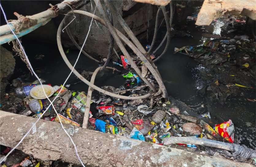 नपा ने नालियों के बीच से बिछा दी थी पानी पाइप लाइन,लीकेज होने पर घरों तक पहुंचता है दूषित पानी