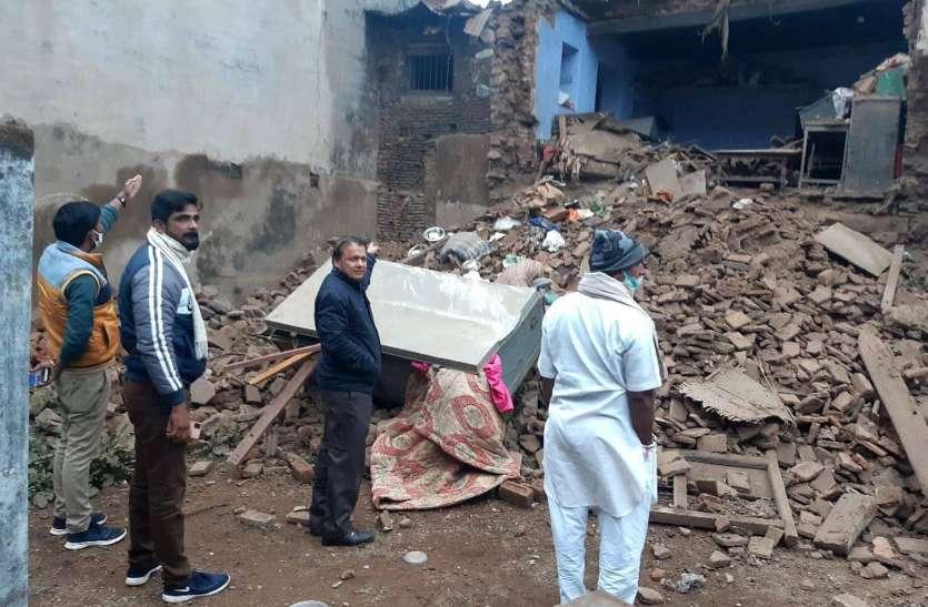 शहर में गिरा जर्जर भवन, बाल बाल बचे परिवार के लोग