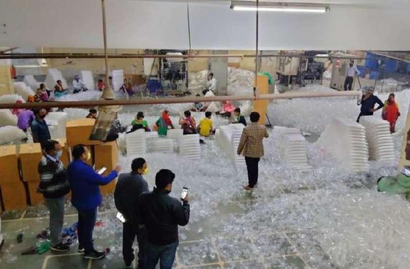 नाेएडा की एक फैक्ट्री में बन रहे थे प्रतिबंधित सिंगल यूज़ प्लास्टिक डिस्पोजेबल ग्लास
