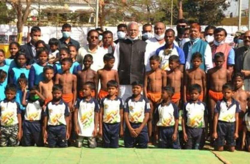 रायपुर : अबूझमाड़ के बच्चों के हैरतअंगेज मलखंभ प्रदर्शन को सीएम ने सराहा, कहा- खिलाडिय़ों की  डाइट अब  डीएमएफ मद से