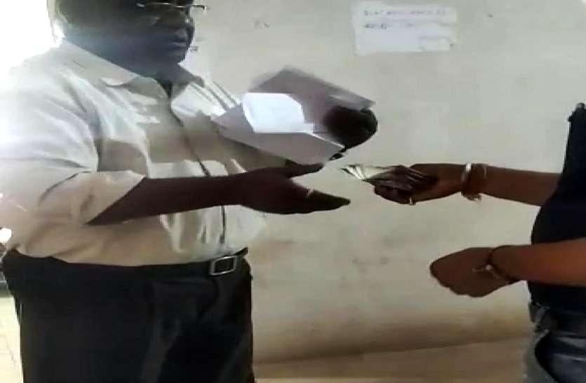 खादी ग्रामोद्योग विभाग में कमीशनखोरी, बेमेतरा सहायक संचालक निलंबित, रिश्वत मांगने का युवक ने बनाया वीडियो