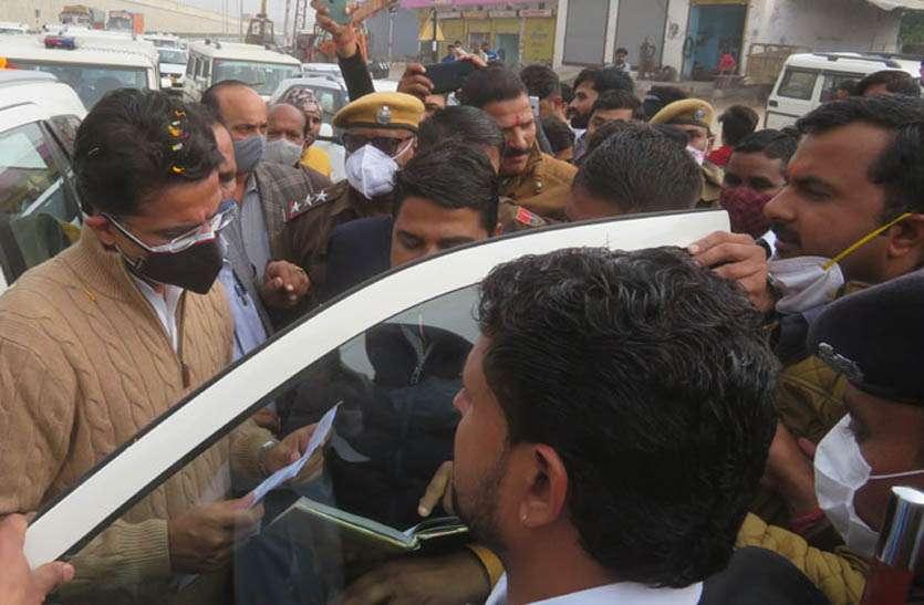रसिया की टेकरी का नाम बदलने पर सनातन समाज की ओर से पायलट को सौंपा ज्ञापन
