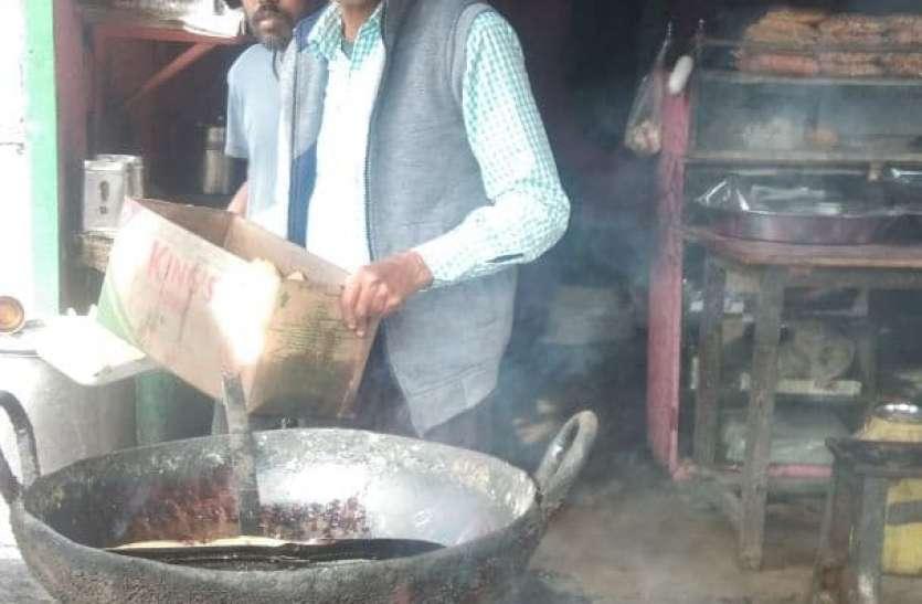 जायका: दादा के समोसे का स्वाद चखने लगी रहती है भीड़, रिश्तेदारों के कहने पर शुरू किया व्यवसाय