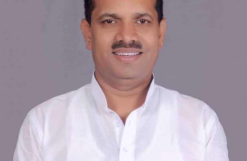 कांग्रेस विधायक ने मुख्यमंत्री योगी आदित्यनाथ को बताया ईमानदार और पूजनीय लोग उनको भगवान की तरह मानते