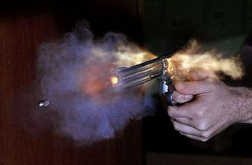गोली चलने से युवक की मौत: पुलिस के अनुसार मित्रों को लाइसेंस सुदा बंदूक दिखाते ट्रेगर दबने से हादसा