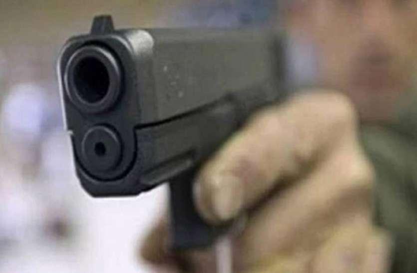 गोलियों की तड़तड़ाहट से गूंज उठा अमेठी, दिनदहाड़े घर में घुसकर युवक को मारी गोली, महिला पर भी हमला