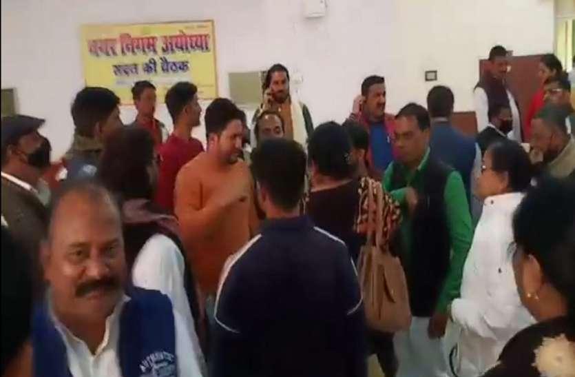 बड़ी खबर : नगर निगम अयोध्या पर पार्षद ने लगाया धर्म के आधार पर कारवाई करने का बड़ा आरोप