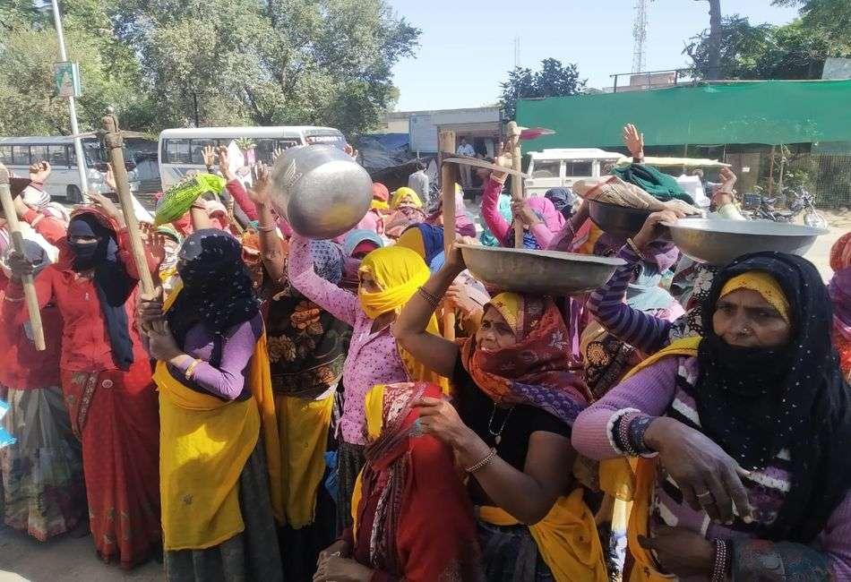 महिला श्रमिकों ने परात फावड़े लहराकर किया विरोध प्रदर्शन