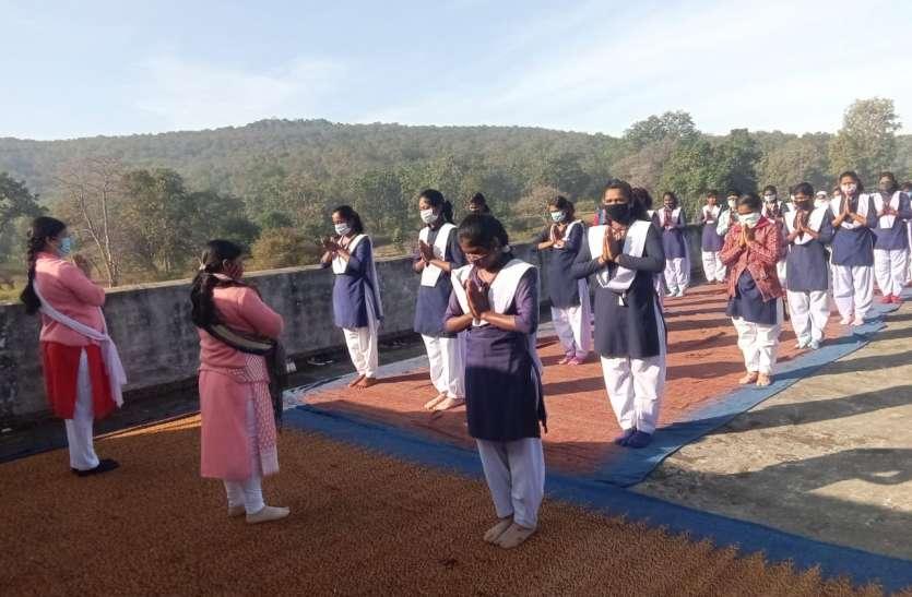 घरों और स्कूल परिसरों में शिक्षकों व विद्यार्थियों ने किया सुरक्षा उपायों के साथ किया योगाभ्यास