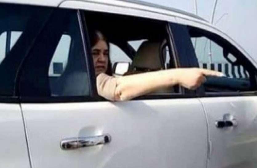 मेनका गांधी की गाड़ी का हूटर सुनकर भी नहीं हटा पिकप, फिर कुछ ऐसा हुआ कि.....