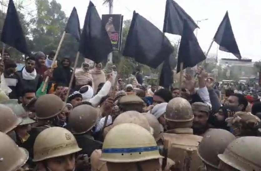किसानों के समर्थन में उतरी ये पार्टी, काले झंडे लेकर प्रदर्शन, पुलिस से साथ जमकर हुई झड़प