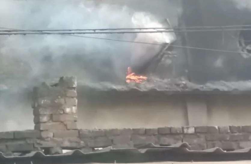 टेनरी में आग लगने पर कर्मचारी भागे बाहर, कर्मियों ने खुद ही आग बुझाई, बाद में पहुंची पुलिस