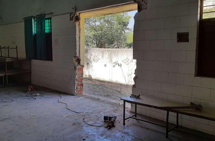 कोरोना वैक्सीन केंद्र बनाने तोड़ी अस्पताल की दीवार