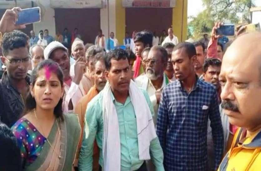 गोहरापदर जिला सहकारी बैंक में किसानों ने किया जमकर हंगामा
