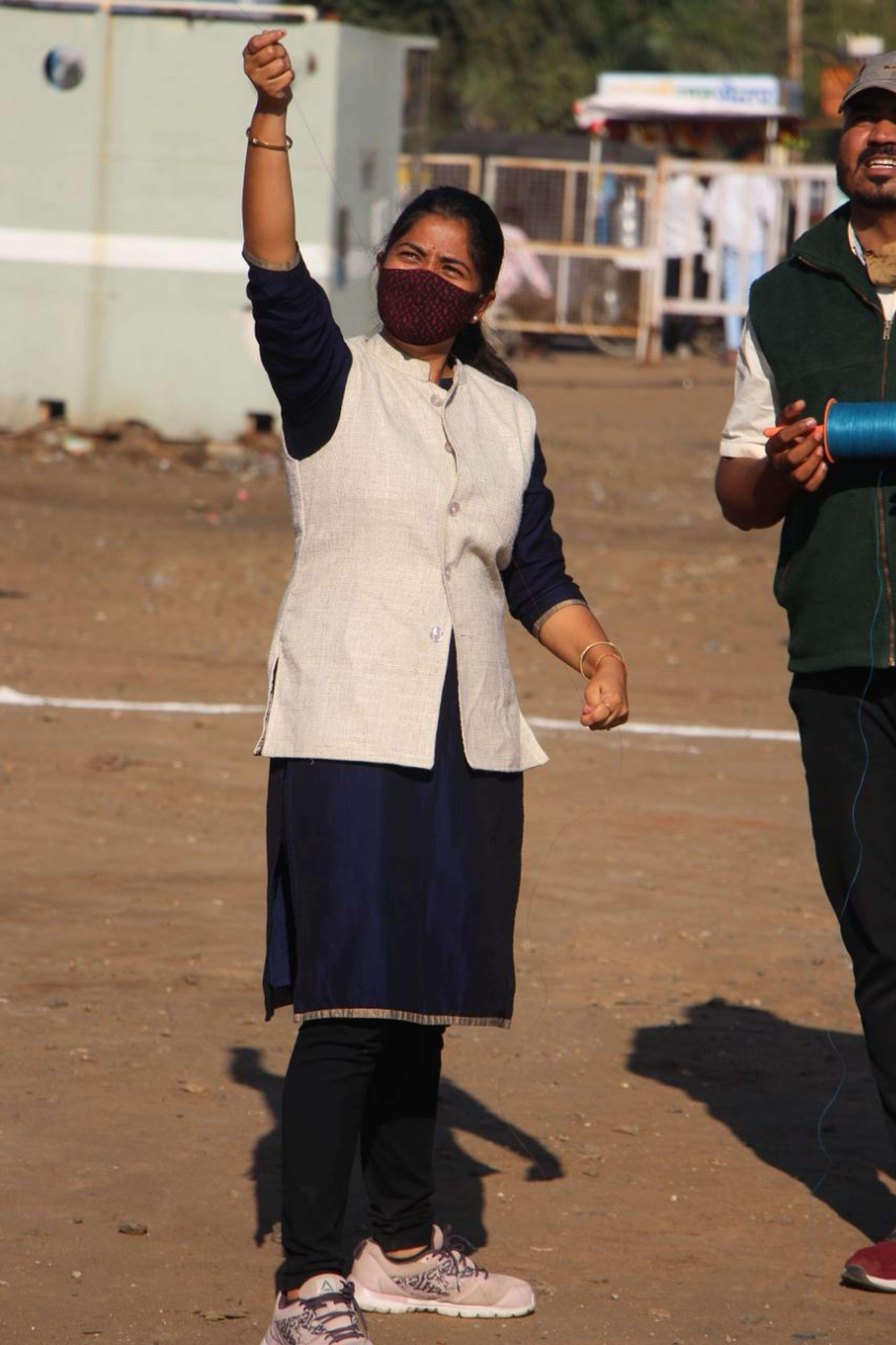 विधायक ने थामी चकरी, सीएमओ ने उडाई पतंग (देखे वीडियो)