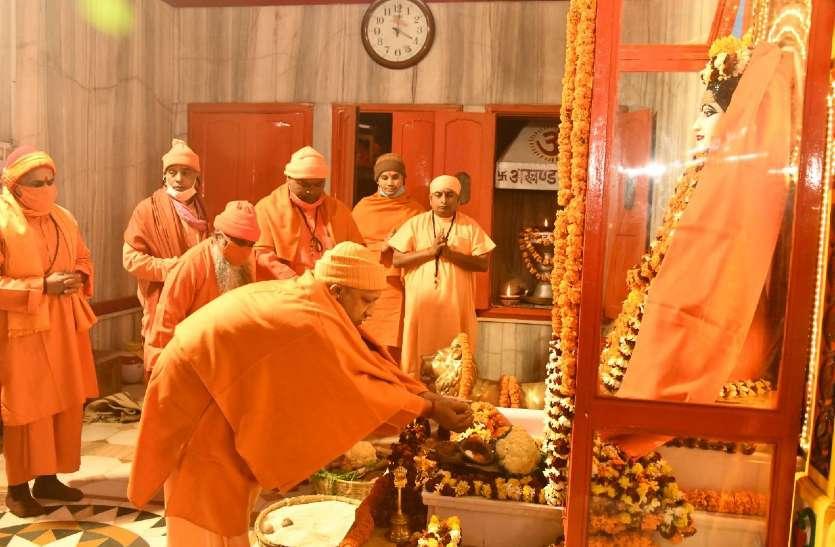 Makar Sankranti: गोरखपुर में शुरू हुआ खिचड़ी मेला, सीएम योगी ने बाबा गोरखनाथ को चढ़ाई पहली खिचड़ी