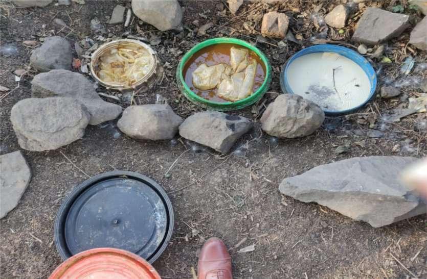 1700 किलो महुआ लहान, 42 लीटर कच्ची शराब जब्त