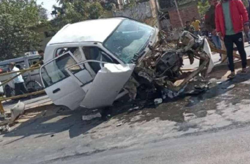 एनएच पर ट्रक ने कार को मारी टक्कर, डिवाइडर से टकराते ही उड़ गए परखच्चे, शिक्षक व 2 महिला समेत 4 घायल