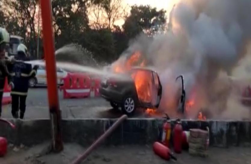 Delhi : अमेजन स्टोर में लगी आग, दो घायल