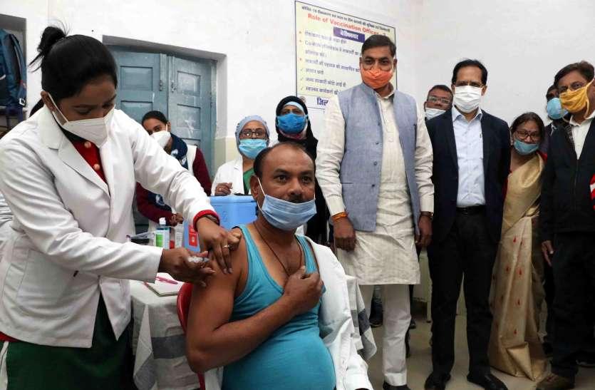 सफाई कर्मी प्रमोद को लगाया पहला टीका, लोगों ने तालियां बजाकर किया स्वागत