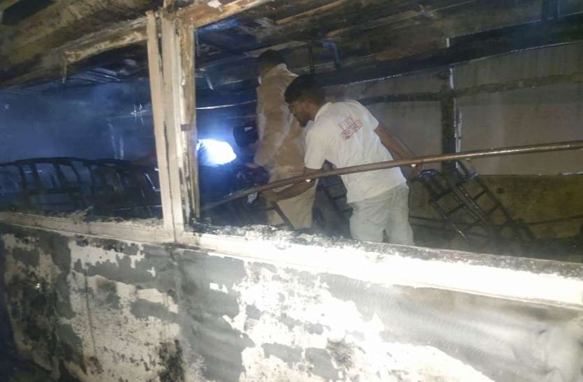 राजस्थान में हृदयविदारक हादसा: बिजली के तारों की चपेट में आने से बस में लगी आग, 6 यात्री जिंदा जले