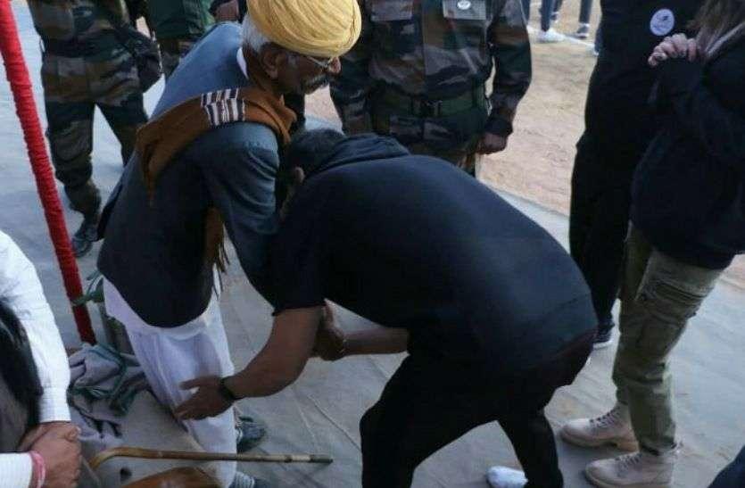 अक्षय कुमार ने भारत-पाक युद्ध के रियल हीरो भैरो सिंह से की मुलाकात, झुक कर लिया आशीर्वाद
