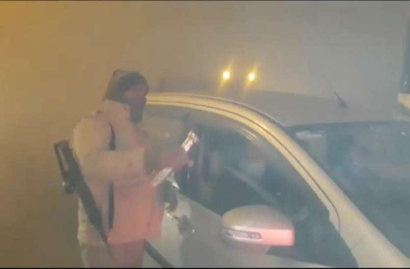 कड़ाके की सर्दी के बीच कोहरे में विजिबिलिटी हुई जीरो,हादसे रोकने के लिए पुलिस कर रही ये काम