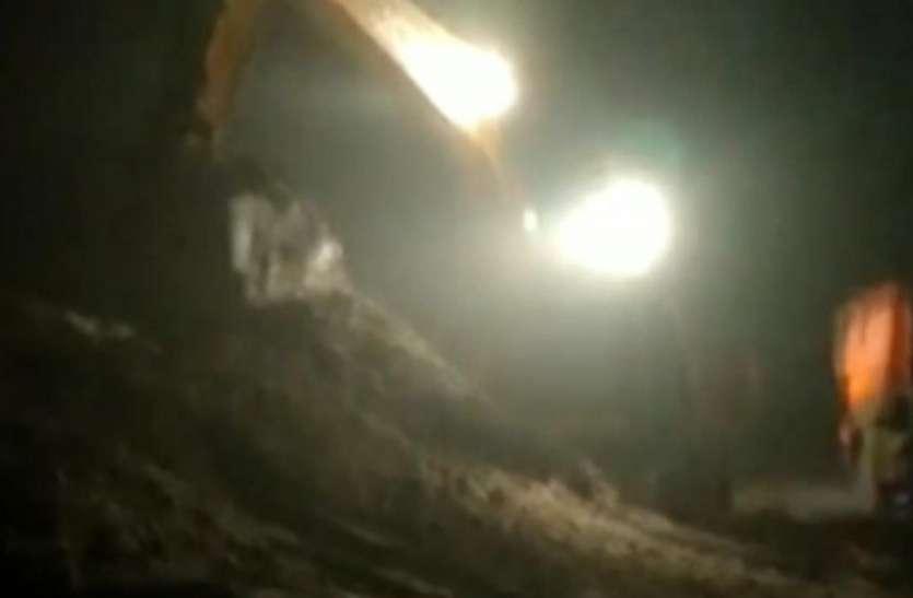 सूर्यास्त के बाद यमुना नदी से रेत खनन का वीडियो वायरल, ठेकेदारों ने मोड़ दी मुख्य जलधारा