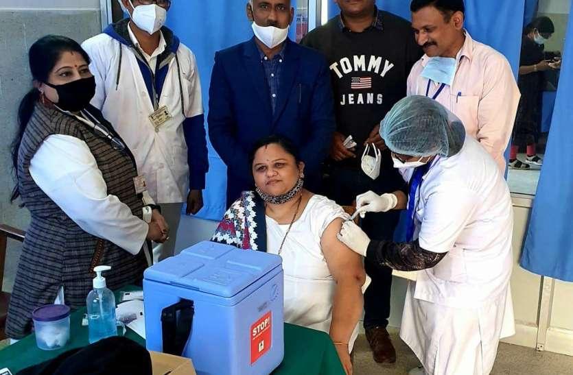 उम्मेद अस्पताल: एक घंटे में यहां करीब 15 स्वास्थ्य कर्मियों ने टीका लगा