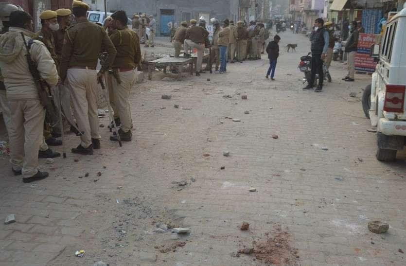 पुरानी रंजिश को लेकर दो पक्षों में डेढ़ घंटे तक पत्थरबाजी, पुलिस जाप्ता तैनात