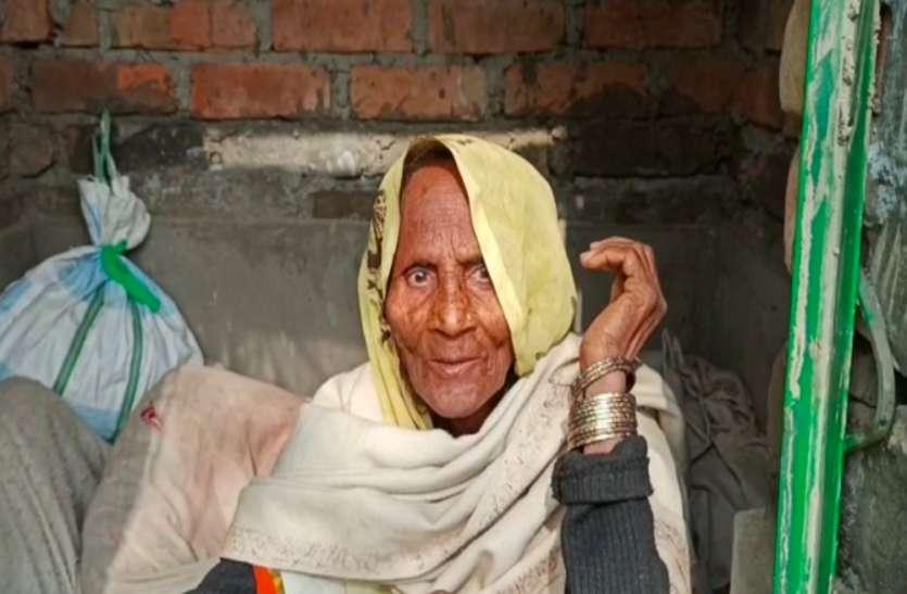 रायबरेली में बुजुर्ग महिला ने शौचालय को बनाया अपना आशियाना, लालगंज एसडीएम का आया यह बयान
