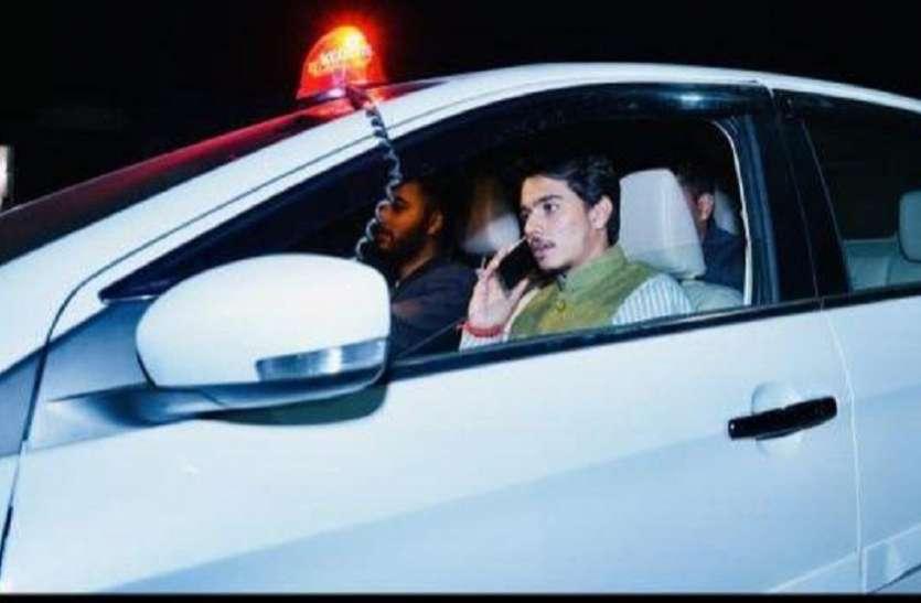 भाजपा कार्यकर्ता को कार पर लालबत्ती लगाकर घूमना भारी पड़ा