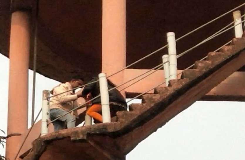 पानी की टंकी पर चढ़कर बाेली महिला, मेरी जमीन का दाखिल खारिज कराे वर्ना कूद जाउंगी, प्रशासन के हाथ-पांव फूले