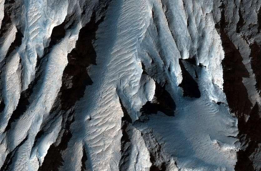 NASA MYSTERY : जानिए, कैसे दिखते हैं मंगल पर विशाल पहाड़ और गहरी खाइयां