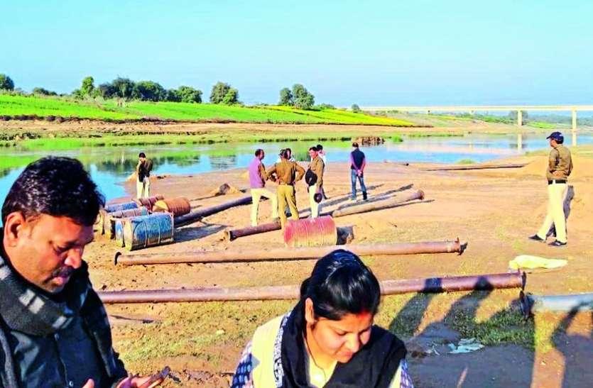 सिंध नदी को छलनी कर रही तीन पनडुब्बी और एक पोकलेन मशीन जब्त