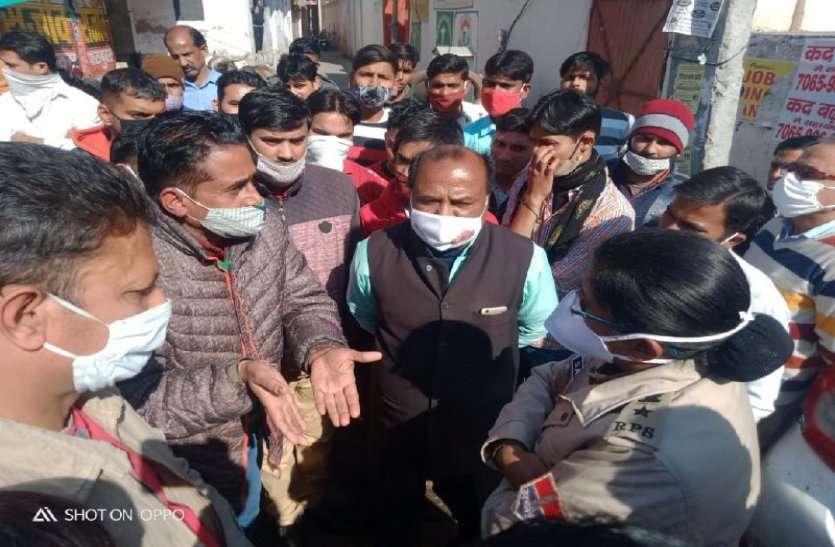 प्रशिक्षु IPS ज्येष्ठा मैत्रेयी ने मन्नी का बड़ पर की कार्रवाई, नकली किताबें जब्त कर गिरफ्तार किया, मचा हड़कंप