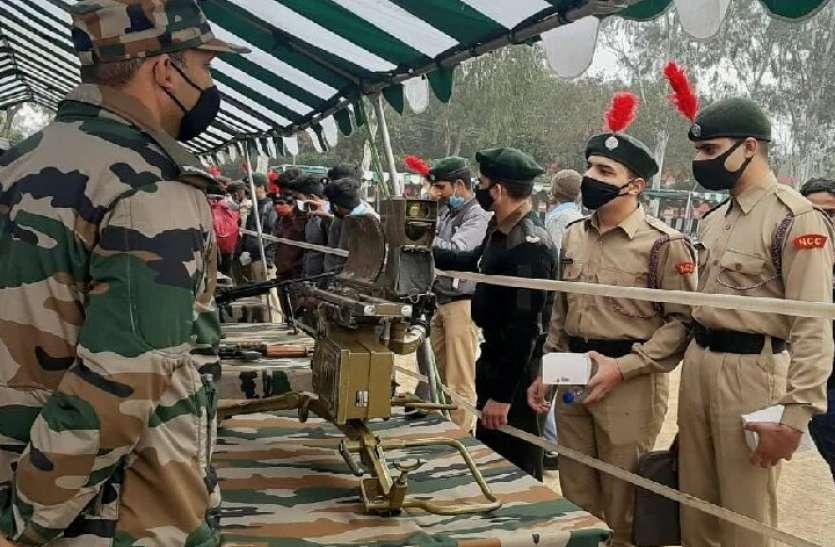 भारतीय सेना के ऐसे हथियार देखकर छात्र बोले, आर्मी में जाना है सपना