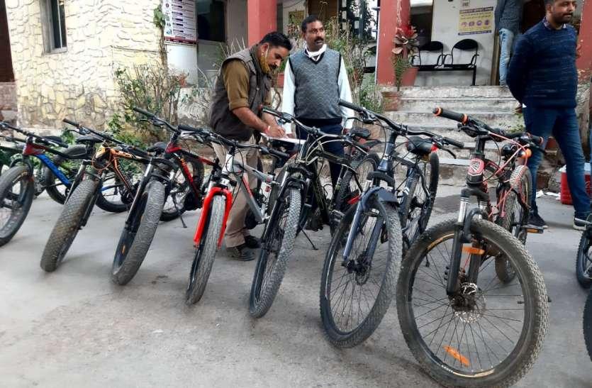 चुराए जूते-चप्पल और महंगी साइकिलें, पकड़े गए
