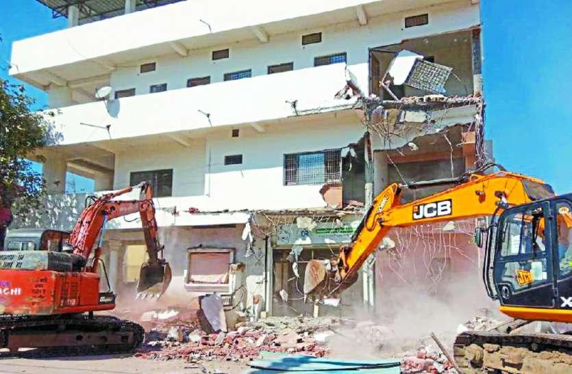 Action on Mafia: बिना अनुमति चार मंजिला भवन निर्माण पर चली जेसीबी