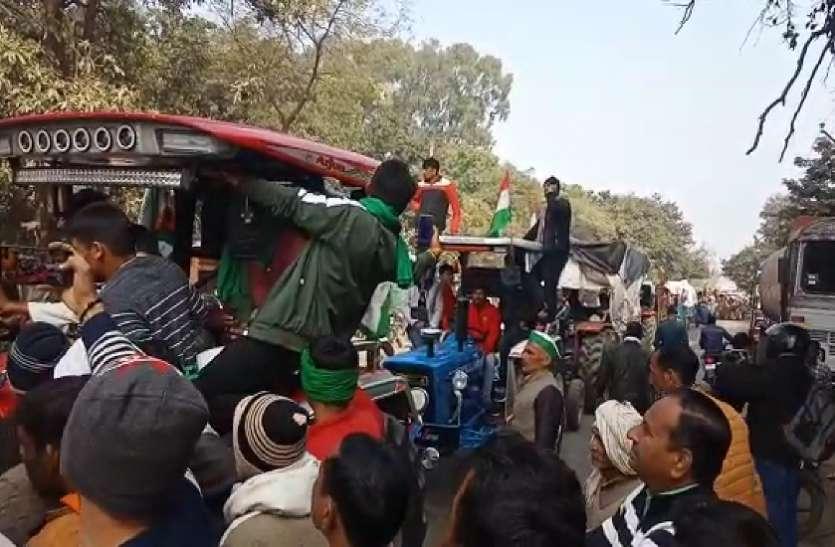 दिल्ली कूच पर अड़े किसानों को पुलिस प्रशासन ने रोका तो सड़क मार्गों को कर दिया जाम