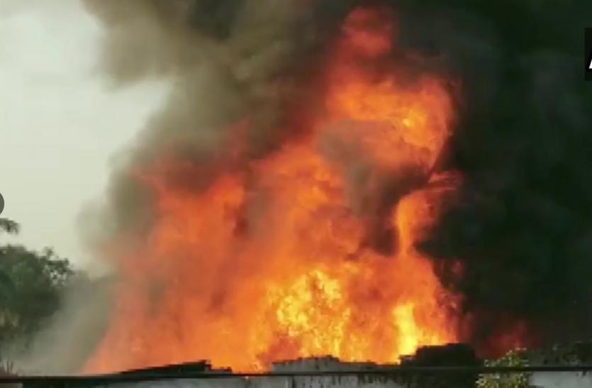 Delhi : आईटीओ के पास एक इमारत में लगी आग, राहत कार्य जारी