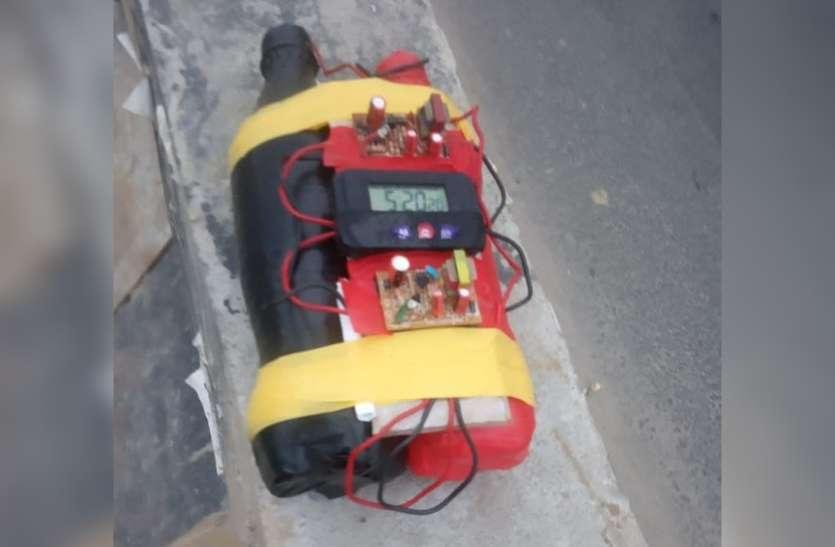 नोएडा में दिन निकलते ही टाइम बम जैसी चीज मिलने से मची अफरा-तफरी, लोगों में दहशत