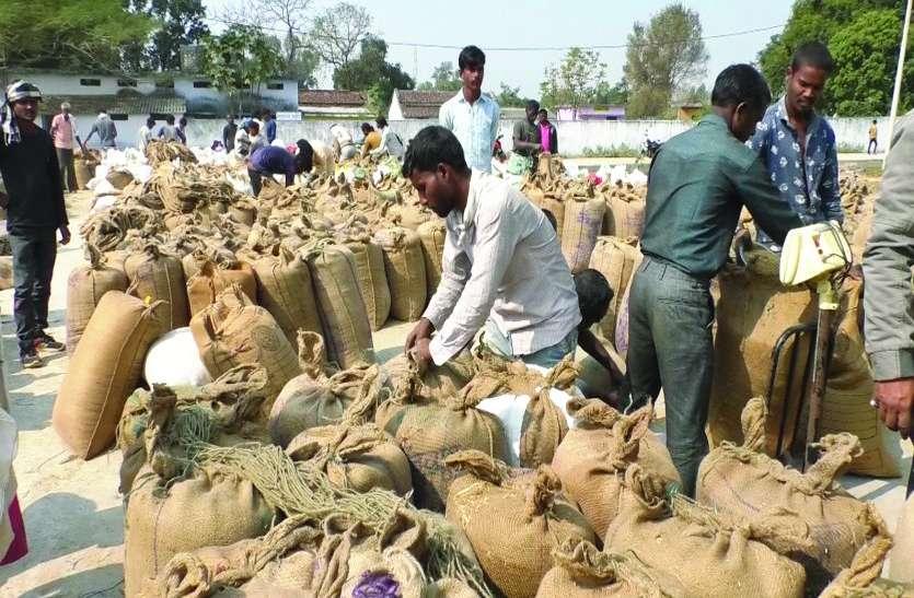धान खरीदी के अब कुछ ही दिन शेष, खरीदी केंद्रों में अभी भी टोकन के लिए चक्कर काट रहे किसान