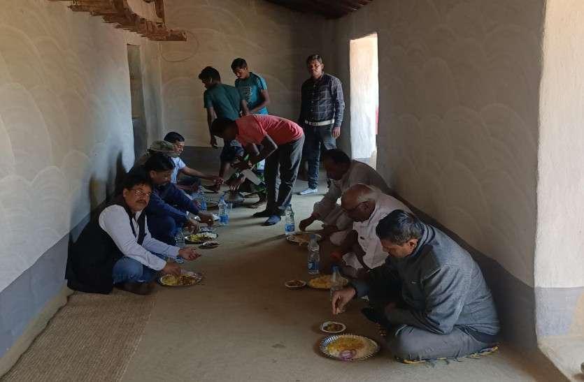 कोरवा बस्ती में पहुंचे संसदीय सचिव ने जमीन पर बैठकर खाया खाना, समस्याएं सुन निराकरण का दिया भरोसा