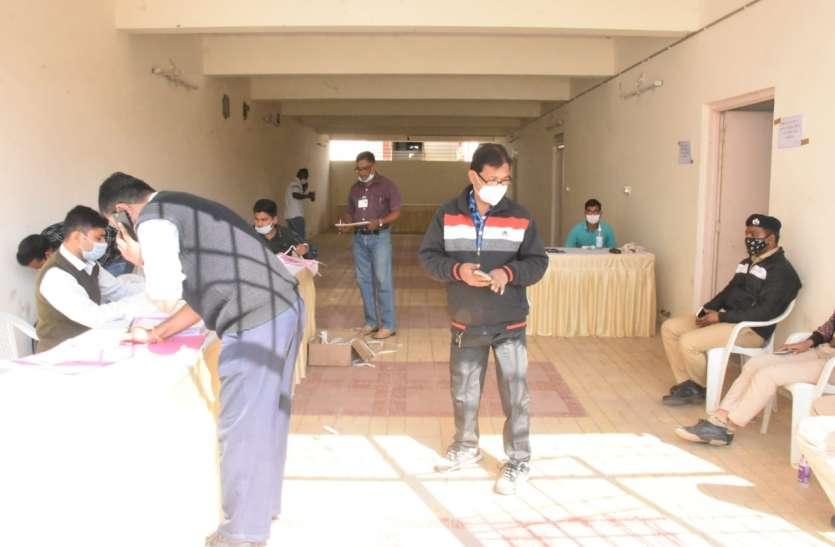स्थानीय चुनाव की तैयारी में जुटा जामनगर जिला प्रशासन, ईवीएम मशीन की पहले चरण की जांच शुरू