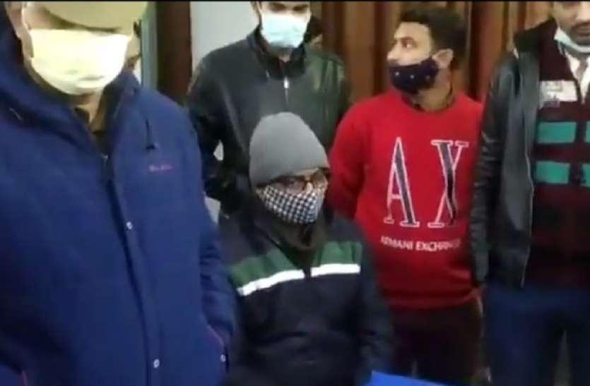 गिरफ्तार आबकारी इंस्पेक्टर समेत तीनाें पुलिसकर्मी किए गए काेर्ट में पेश