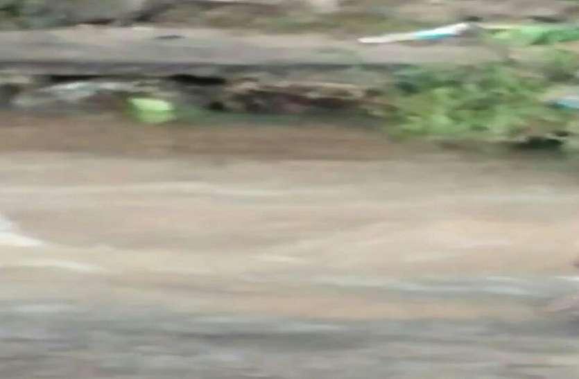 दो पाइपलाइनों को जोड़ा तो सड़क बन गई तालाब
