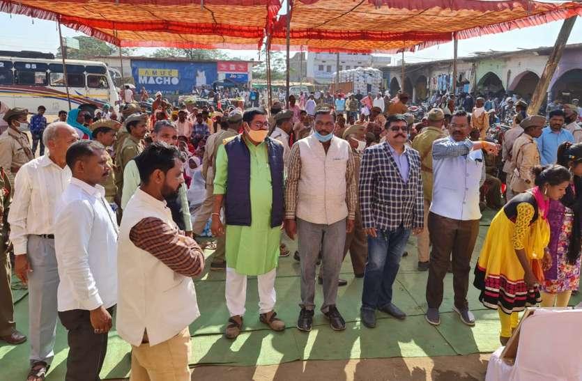 आदिवासी किसान सैनिकों ने निकाली रैली, आयोजित की सभा